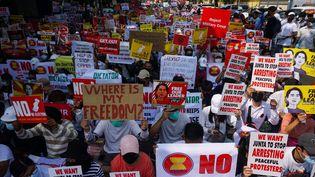Manifestation contre le coup d'Etat militaire, le 24 février 2021, à Rangoun en Birmanie. (SAI AUNG MAIN / AFP)