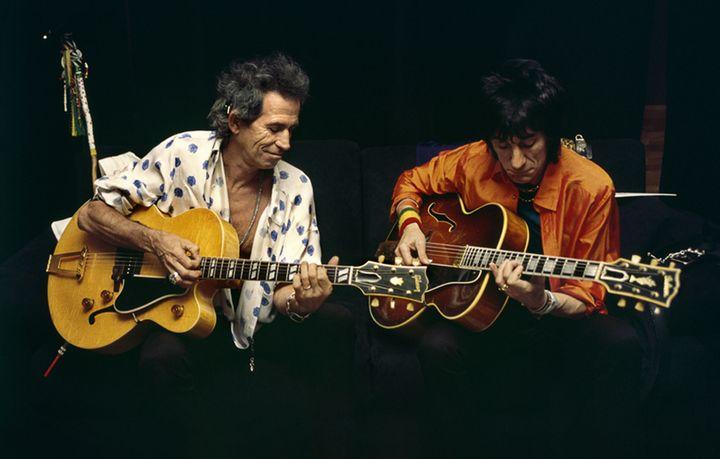 Keith Richards et Ron Wood des Rolling Stones dans les coulisses du Stade de France (Saint-Denis, Paris) en 1998. (CLAUDE GASSIAN)