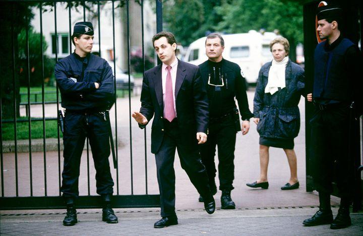 Nicolas Sarkozy sort de l'école Commandant Charcot à Neuilly-sur-Seine (Hauts-de-Seine), où sont pris en otage 21 enfants et une institutrice, Laurence Dreyfus, le 13 mai 1993. (MAXPPP)