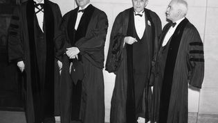 Des scientifiques ont reçu des diplômes honorifiques de docteur en sciences, à l'Institut Franklin, le 20 mai 1938. De gauche à droite : George David Birkhoff , Arthur Louis Day, Thomas Hunt Morgan et Gilbert Newton Lewis. (BETTMANN / BETTMANN / GETTYIMAGES)