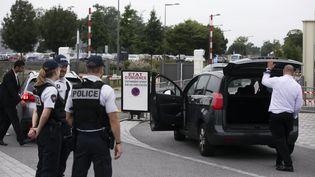 Une fouille de véhicule effectuée à l'entrée de l'université d'été du Medef à Jouy-en-Josas (Yvelines), le 30 août 2017. (MAXPPP)