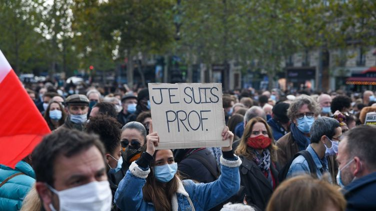 Des manifestants rassemblés en hommage à Samuel Paty, le 18 octobre 2020 à Paris. (JEROME LEBLOIS / HANS LUCAS / AFP)