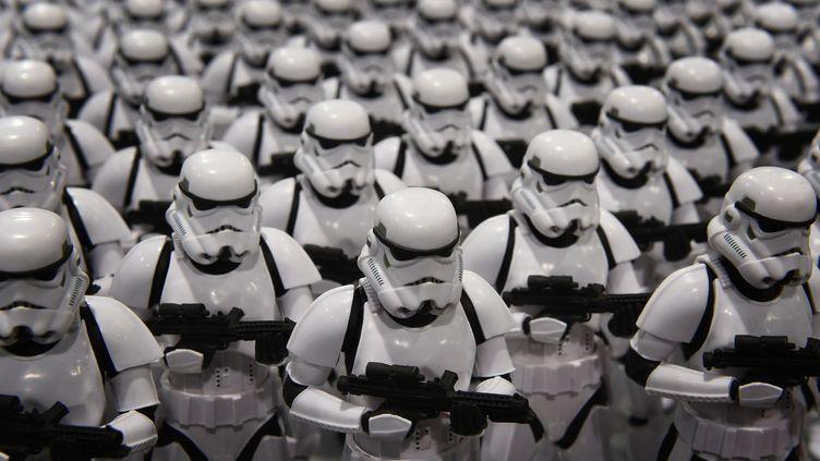 Une armée de stromtroopers, lors du salon Disney D23, le 15 août 2015. (MARK RALSTON / AFP)