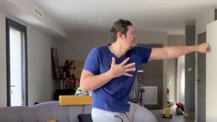 Vincent Parisi, champion du monde de ju-jitsu combat fait des vidéos pour réveiller les français en leur offrant un petit cours de sport. (CAPTURE D'ECRAN TWITTER)