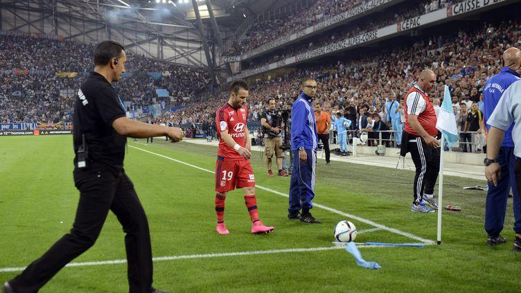 Le joueur lyonnais Mathieu Valbuena s'apprête à frapper un corner dans un stade Vélodrome électrique, le 20 septembre 2015 à Marseille (Rhône). (FRANCK PENNANT / AFP)