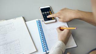 Le téléphone portable, déjà interdit en classe,le sera dans les cours des récréations et collèges (illustration). (DINOCO GRECO / AFP)