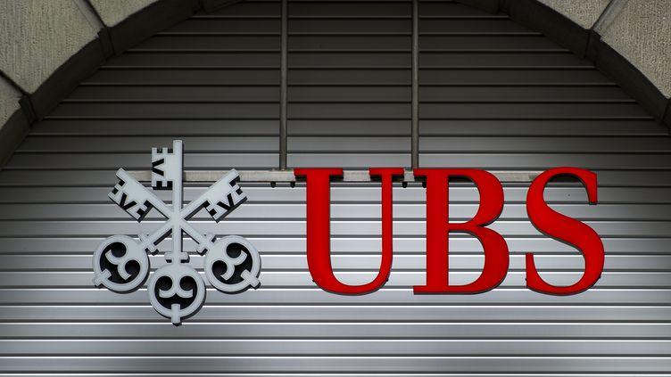 La devanture d'une succursale de la banque suisse UBS à Zurich (Suisse). (FABRICE COFFRINI / AFP)