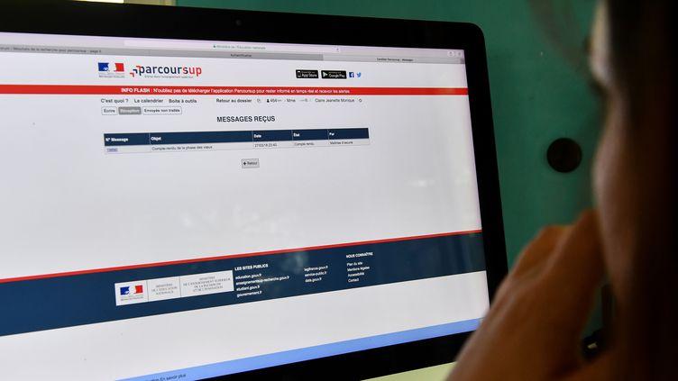 La plateforme Parcoursup est accusée de discriminer les étudiants de banlieue. (DENIS CHARLET / AFP)