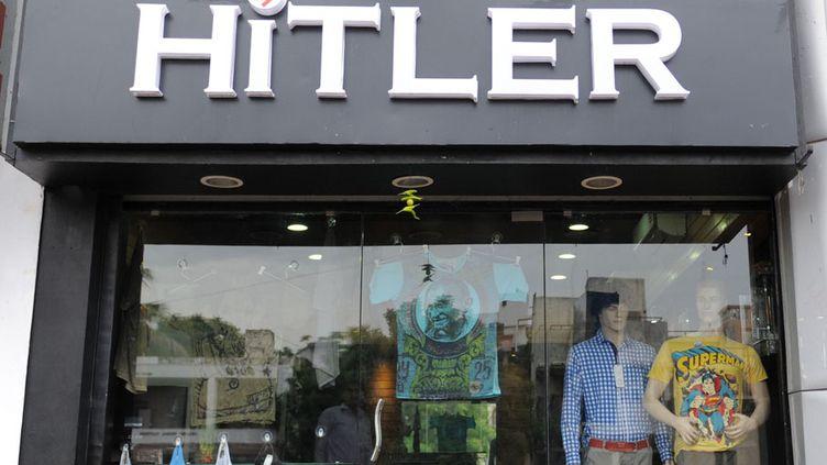 """Vue de la vitrine de la boutique de vêtements """"Hitler"""" ouverte récemment à Ahmedabad (Inde), le 28 août 2012. Des associations juives réclament qu'elle soit renommée. (SAM PANTHAKY / AFP)"""