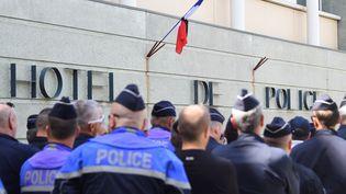 Rassemblement de policiers devant le commissariat de Montpellier, au lendemain du suicide d'une de leurs collègues, le 19 avril 2019. (SYLVAIN THOMAS / AFP)