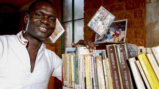 Le directeur de l'ONG ICCV, Simon Nacoulma, dans la bibliothèque construite par son association àOuagadougou, Burkina Faso. (GODONG / BSIP)