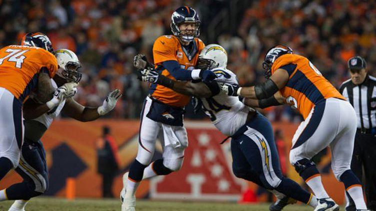 Peyton Manning sous la pression défensive des Chargers