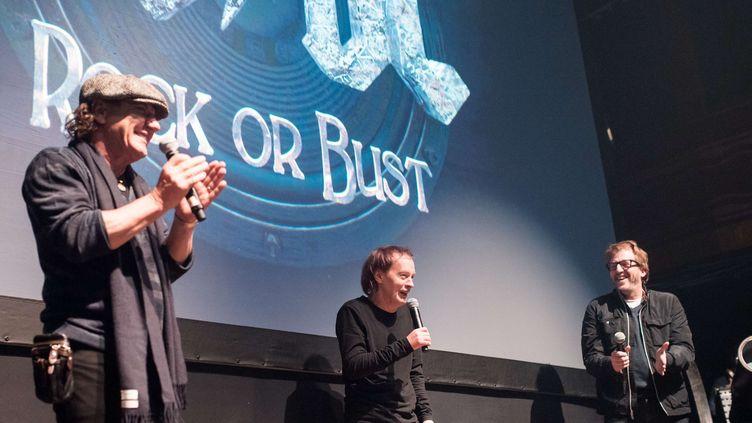 Les deux membres d'AC/DC sans le batteur Phil Rudd et avec le musicien Brendan O'Brien, le 18 novembre 2014 à New-York.  (SIPANY/SIPA)
