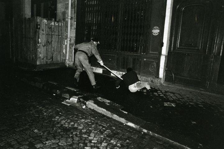 Dans la rue du Vieux Colombier, à Paris, le 6 mai 1968. (© GILLES CARON / FONDATION GILLES CARON)