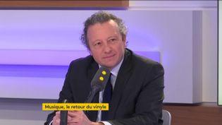 Patrick Deburaux, commissaire-priseur chez Art Richelieu, le 12 avril 2019. (RADIO FRANCE / FRANCEINFO)