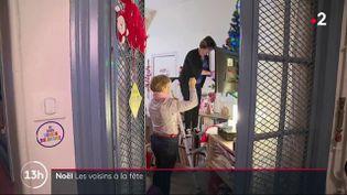 Une gardienne d'immeuble décore sa loge avant Noël, en décembre 2019, à Paris. (FRANCE 2)