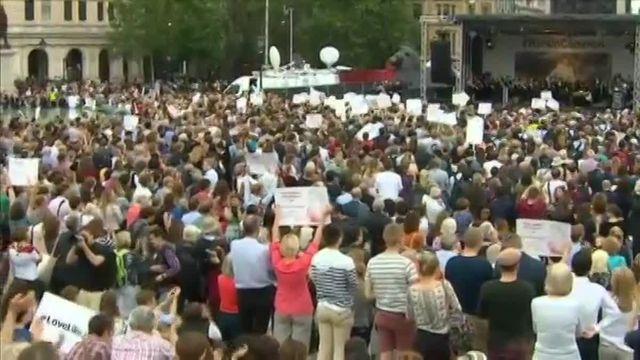 Le mari de Jo Cox remercie, en larmes, la foule venue rendre hommage à sa femme assassinée