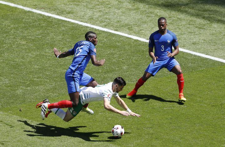 Paul Pogba commet une faute sur Shane Long, dès le début du huitième de finale contre l'Irlande, dimanche 26 juin 2016 à Lyon (Rhône). (MAX ROSSI / REUTERS)