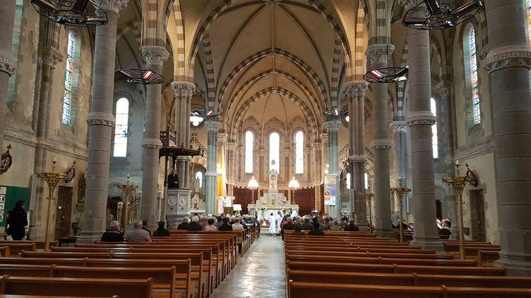 Les fidèles assistent à la messe, dimanche 30 avril, dans l'église de Chambretaud (Vendée). (ILAN CARO / FRANCEINFO.FR)