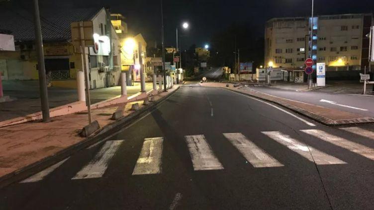 Couvre-feu sur un boulevard de Fort-de-France (Martinique). (GUY ETIENNE / MARTINIQUE LA 1ERE)