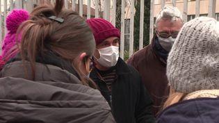 À Lyon, un professeur a été menacé de mort après avoir donné un cours sur la laïcité. Un événement qui ne peut manquer de susciter l'émoi après le meurtre de Samuel Paty, le 16 octobre dernier. En soutien, ses collègues se sont mis en grève. (France 3)