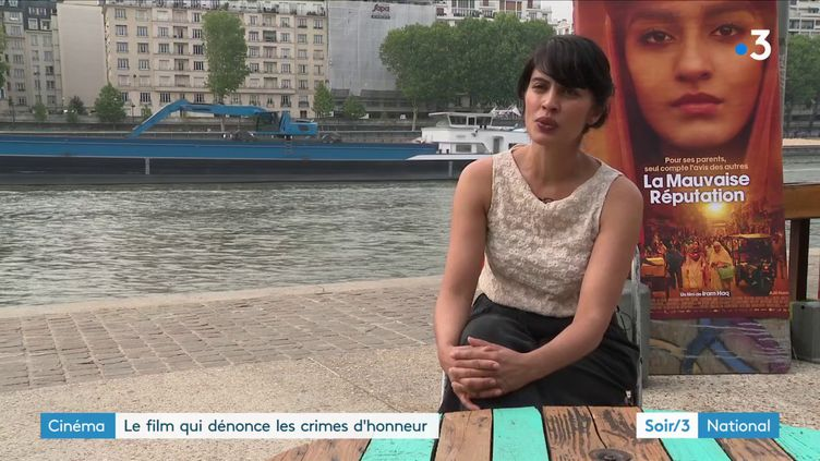 """Iram Haq devant l'affiche de son film """"La Mauvaise Réputation"""" (France 3)"""