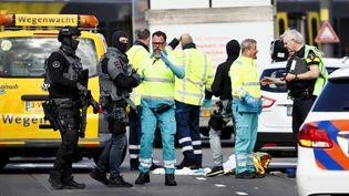 Des membres des forces de l'ordre et des secours mobilisés près d'une station de tramway d'Utrecht (Pays-Bas), le 18 mars 2019, après des coups de feu. (ROBIN VAN LONKHUIJSEN / ANP / AFP)