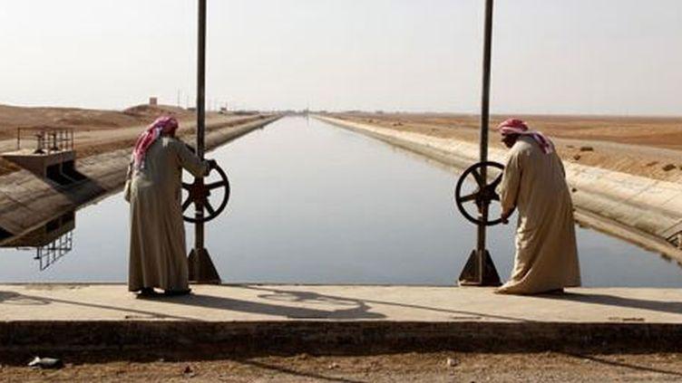 Canal qui relie l'Euphrate à l'est de la Syrie. (Reuters/khaled al-Hariri)