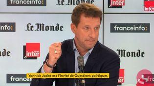 """Yannick Jadot, député européen EELV, est l'invité de """"Questions Politiques"""" dimanche 25 octobre. (FRANCEINFO / RADIOFRANCE)"""