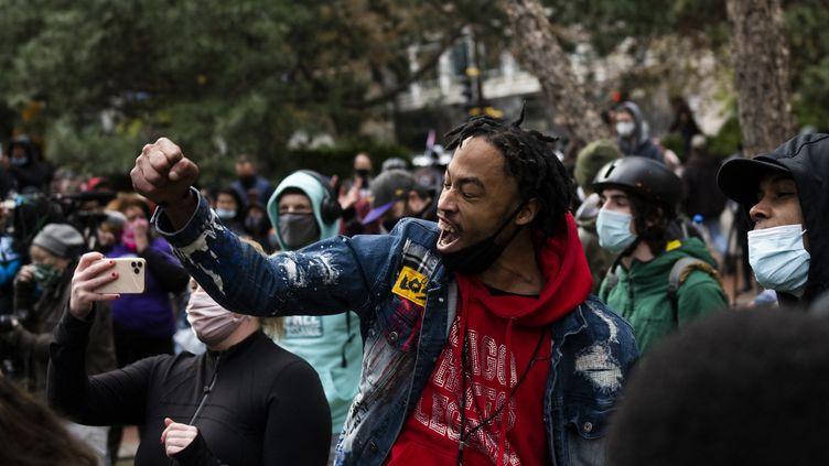 Un jeune homme réagit après l'annonce du verdict contre Derek Chauvin, à Minneapolis. (STEPHEN MATUREN / GETTY IMAGES NORTH AMERICA / AFP)