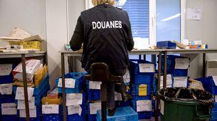 Un officier des douanes à l'aéroporte de Roissy, le 9 septembre 2009. (MARTIN BUREAU / AFP)
