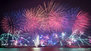 Les feux d'artifice éclatent à Hong Kong pour la nouvelle année. (DALE DE LA REY / AFP)