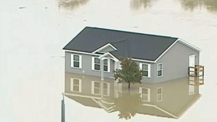 Capture d'écran d'une maison entourée d'eau àStone Park, dans l'Illinois, le 22 août 2014. (CBS / EVN / FRANCETV INFO )