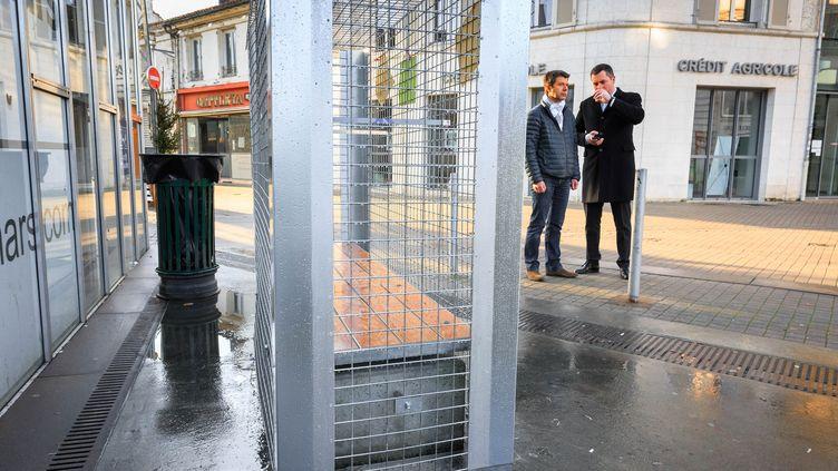 Des grillages ont été installés sur des bancs du centre-ville d'Angoulême (Charente), le 24 décembre 2014, pour empêcher des marginaux de s'y installer. (PIERRE DUFFOUR / AFP)