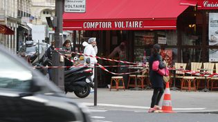 La police scientifique enquête, le 14 novembre 2015, sur le lieu d'une explosion, boulevard Voltaire, à Paris. (WILLIAM ABENHEIM / SIPA)