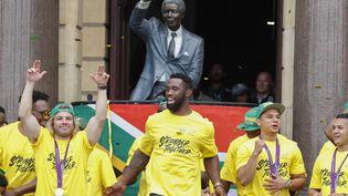 L'équipe de rugby sud-africaine, devant un statut de Nelson Mandela à Cap Town, le 11 novembre 2019, après leur victoire à la coupe du monde. (NIC BOTHMA / EPA)