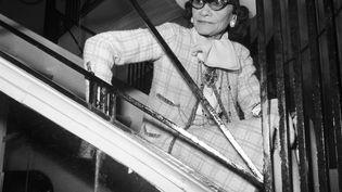 La couturière Coco Chanel assise sur les marches d'un escalier de sa maison de couture, le 30 janvier 1969 à Paris (STAFF / UPI)