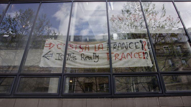 Une banderole sur la façade du lycée Jean-Jaurés, le 26 avril 2016 à Paris. (THOMAS BAIETTO / FRANCETV INFO)