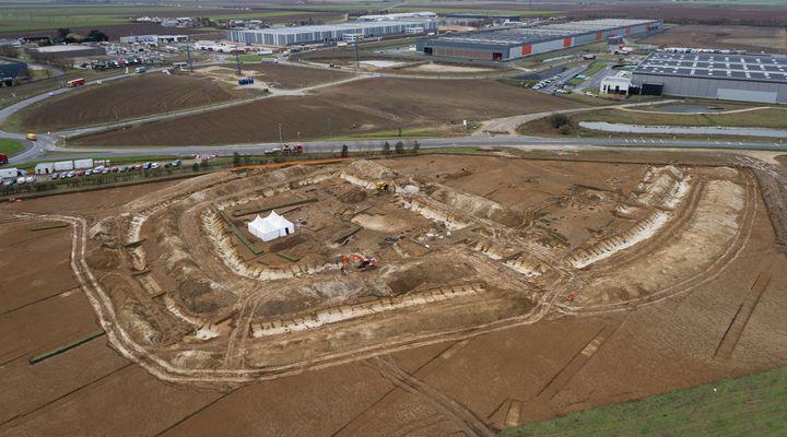 Vue d'ensemble du chantier de fouilles archéologiques d'Artenay, en bordure de l'autoroute A10 (© Inrap)