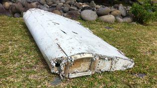 Un morceau de ce qui semble être une aile d'avion a été retrouvé le 28 juillet 2015 sur le littoral de Saint-André de La Réunion. (JEAN-REGIS RAMSAMY / REUNION 1ÈRE)