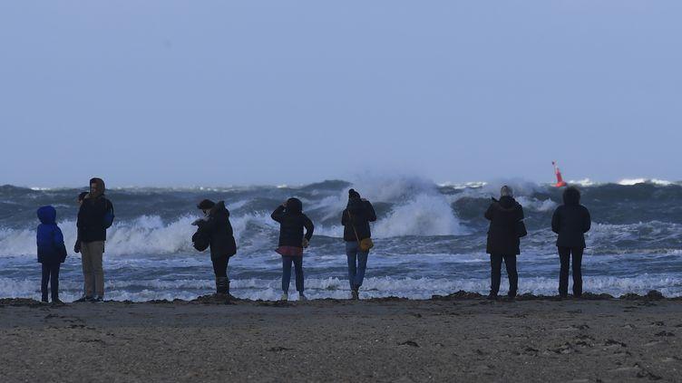 Des personnes observent les vagues à Saint-Malo (Ille-et-Vilaine), le 27 décembre 2017. (DAMIEN MEYER / AFP)