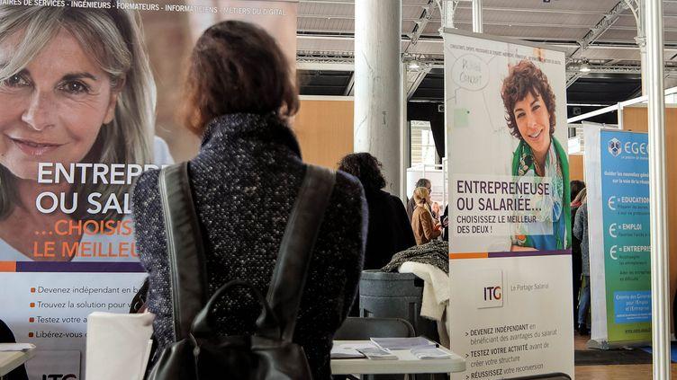 Une femme dans un forum emploi seniors en 2016. (Illustration). (BRUNO LEVESQUE / MAXPPP)