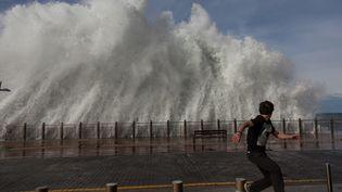 La côte basque, en Espagne, est alerte rouge le 8 février 2016. A San Sebastian, les vagues sont hautes de 9 mètres. (JAVI JULIO / ANADOLU AGENCY / AFP)