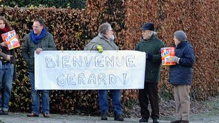 """Des manifestants issus de l'extrême gauche belge souhaitent à leur façon la """"bienvenue"""" à Gérard Depardieu, nouvellement domicilié en Belgique, dans le village de Néchin (12/12/12)  (Philippe Huguen / AFP)"""