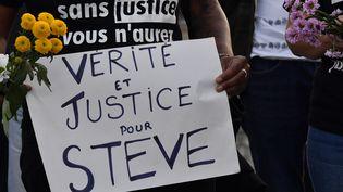 """Une femme tient une pancarte """"vérité et justice pour Steve"""", le 30 juillet 2019, à Bordeaux. (MEHDI FEDOUACH / AFP)"""