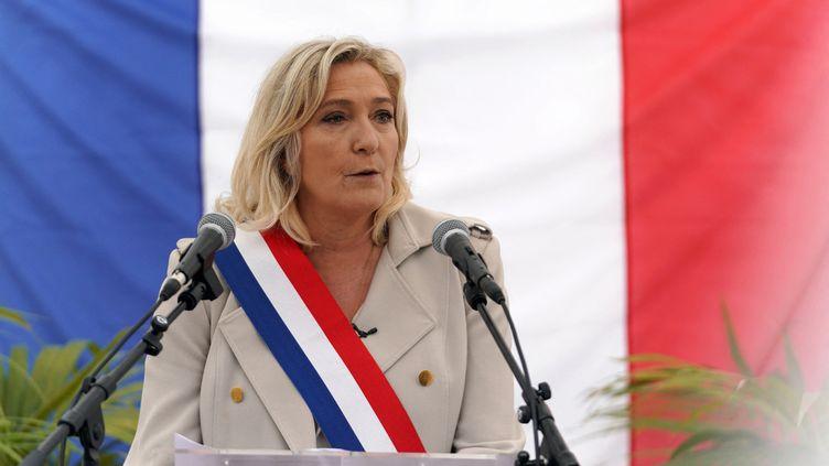 Marine Le Pen, présidente du Rassemblement national, s'exprime lors d'une commémoration à Hénin-Beaumont (Pas-de-Calais), le 8 mai 2021. (SYLVAIN LEFEVRE / HANS LUCAS / AFP)
