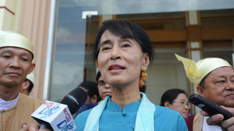 Aung San Suu Kyi à sa sortie du parlement à Naypyidaw (Birmanie), le 10 juillet 2012. (SOE THAN WIN / AFP)