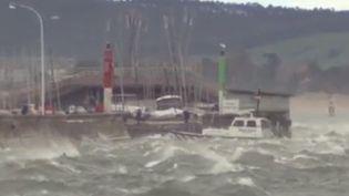 La tempête Elsa a causé la mort de deux personnes en Espagne et deux autres au Portugal. Des liaisons maritimes avec le Maroc ont dû être interrompues. (France 2)