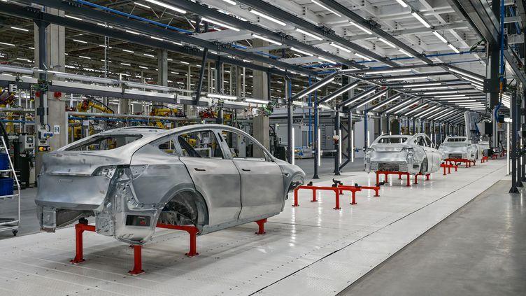 Une chaîne de production dans une usine Tesla, près de Berlin, en Allemagne, le 9 octobre 2021. (PATRICK PLEUL / DPA-ZENTRALBILD / AFP)