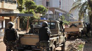 Des troupes maliennes devant l'hôtel Radisson Blu à Bamako (Mali), le 20 novembre 2015. (HABIBOU KOUYATE / AFP)